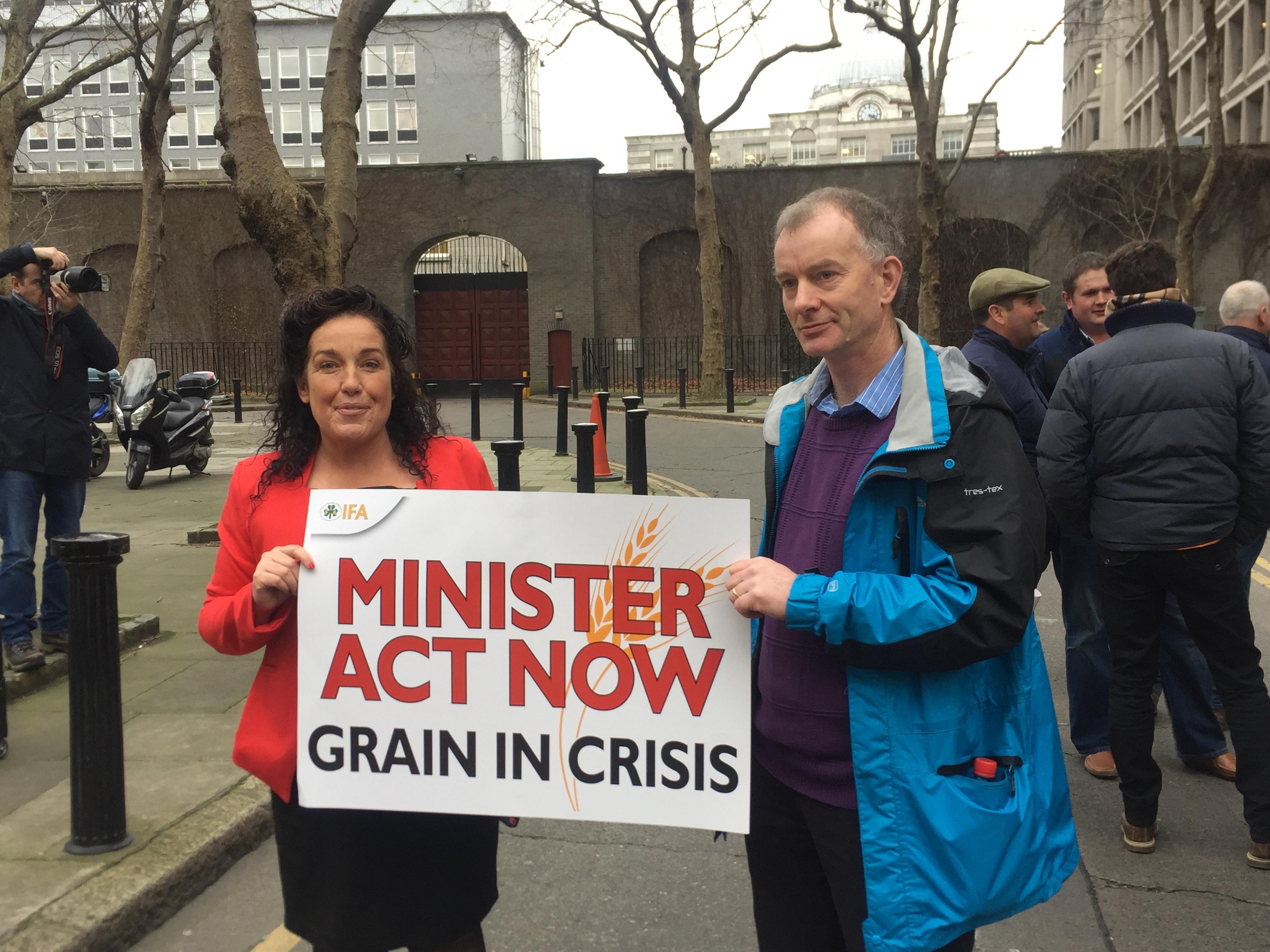 Cork South West TD, Margaret Murphy O'Mahony joins Cork Tillage Farmers protesting outside Dáil Éireann